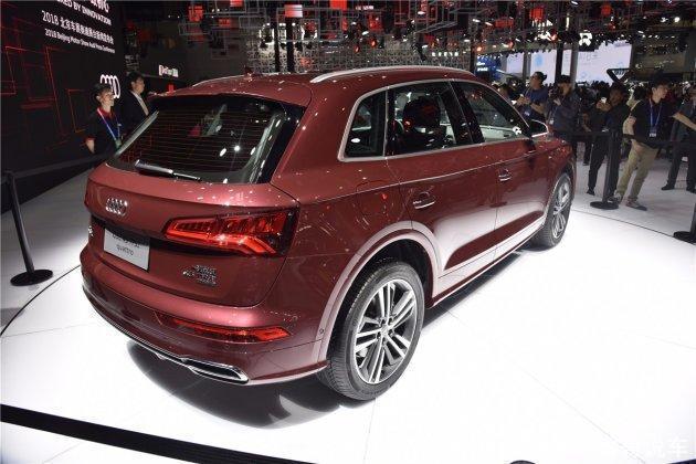 """这款Audi Q5L,""""L""""的意思,顾名思义就是加长了,相较于欧洲版的量产车型这款Q5L在车辆的轴距方面加长了88mm,这个对于车内空间的拓展那是相当可观了,比较这个轴距达到了2.908m,其实这个可以看出来,好多的合资车和豪华车,现在都在主动迎合国内消费者的消费理念,趋于喜欢大车,大空间,所以来华都做了加长。车辆的内饰部分据悉,和Audi A4趋同,外观部分比较惊艳,相比于老款车型,采用了全新的设计理念,更为硬派,前脸部分的格栅使用了镀铬元素,很有金属感,大灯光源全部采用LED,这个大家不会失望的,"""