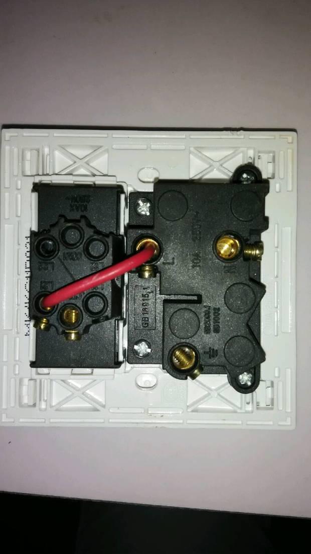 曼科插座1开五孔接线图?