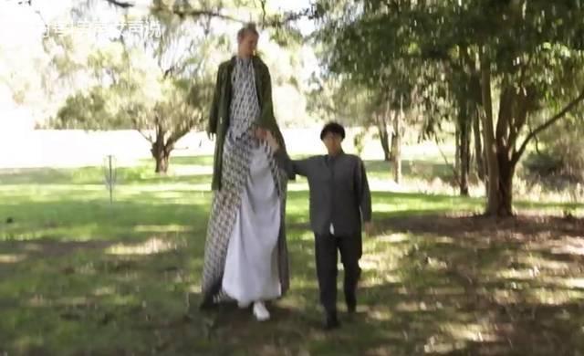 姚明和这个女孩比竟然是矮子,普通人海拔不如她腿高! - 真光 - 真光 的博客