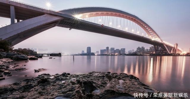 上海17岁男孩跳桥的第十天,再来说说这个无解的问题