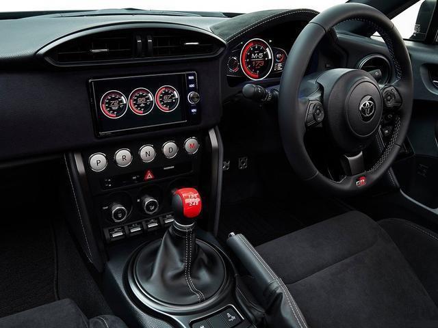 中控醒目的挡位按键也是这车特有的标识,时时刻刻在提醒它的战斗本质.