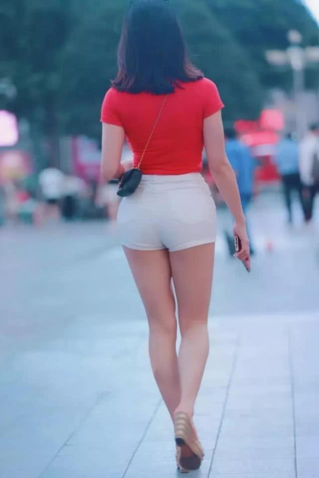"""路人街拍:""""多肉""""小姐姐,红白配穿搭还有个""""爱心"""",网友:我要那个爱心"""