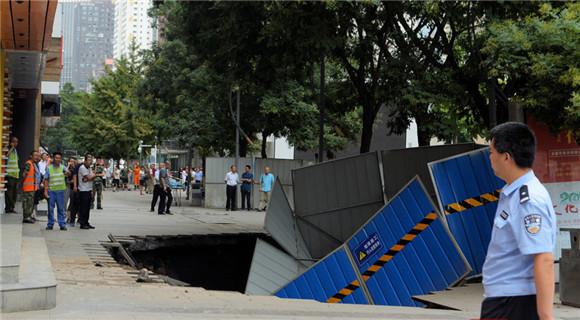 兰州一步行街路面大面积塌陷 行人跌落