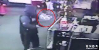 男子持枪到情趣用品店打劫,最后却被吓得夺门有没有情趣内衣秦皇岛的卖图片