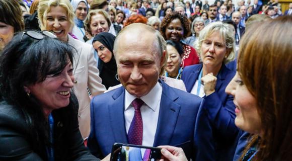 """俄总统普京现身欧亚妇女论坛 被""""迷妹""""簇拥"""