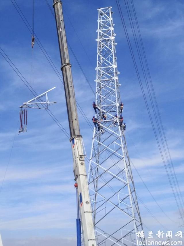 新疆巴州:220线路最高电力铁塔挂线
