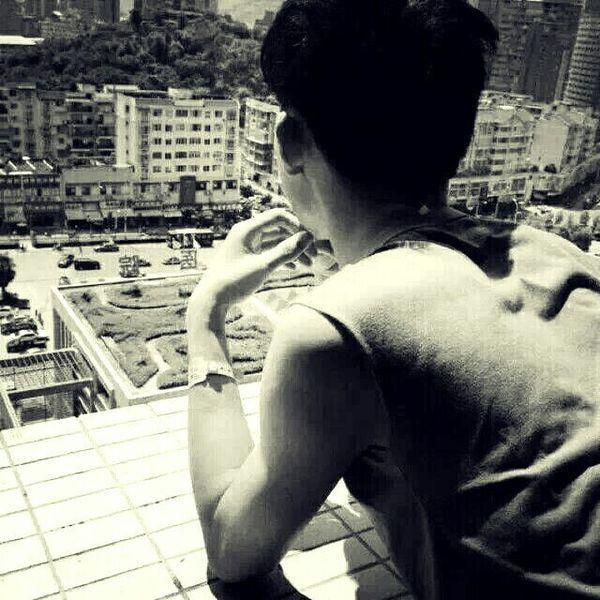 qq头像孤独男生灰色图片站立望远方照片灰色