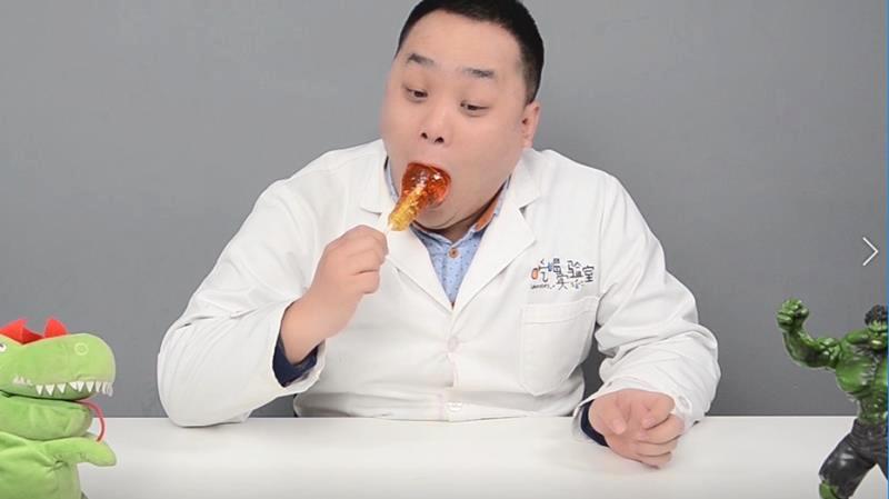 """网红""""灯泡糖""""放进嘴里真的拿不出来吗?黄教授决定亲身实验一下"""