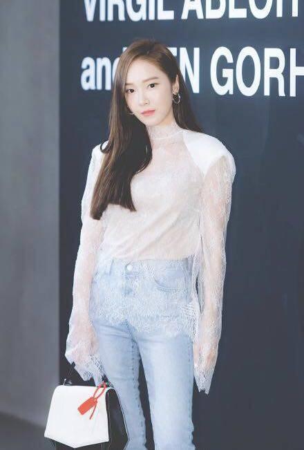 郑秀妍亮相活动造型一言难尽,少时最会穿的还是允儿和泰妍