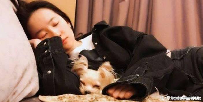 神仙姐姐这睡姿,太美了,睡在沙发上,手中抱着一只可爱的动物.