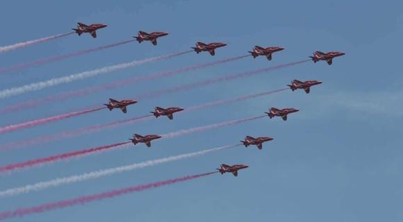 英军红箭表演队首次访华抵珠海 旗袍美女迎接