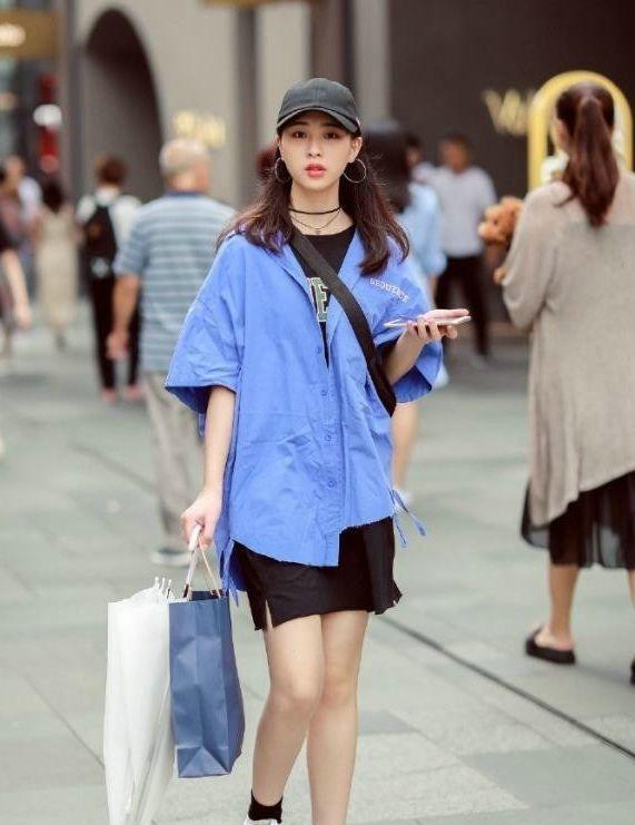 街拍:小姐姐一件白色单肩背心搭配低腰牛仔短裤,尽显时尚魅力插图(4)