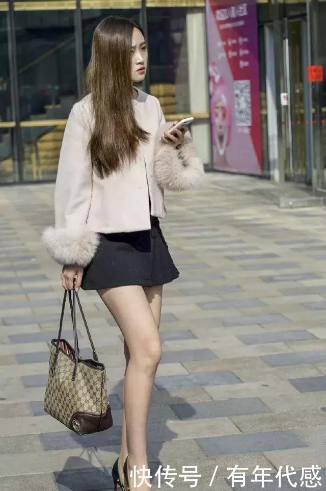 街拍:小姐姐身穿运动范的打底裤,展出优美的线条