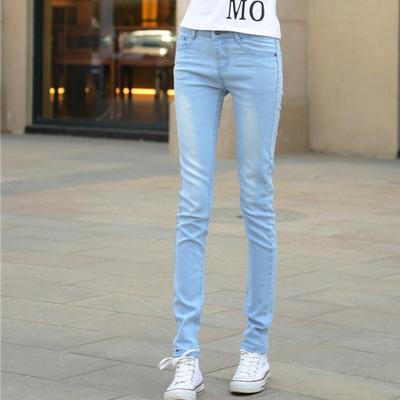 浅色牛仔裤搭配深色帆布鞋可以吗
