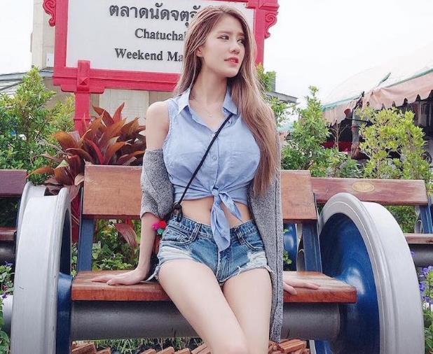 青春活泼可爱的牛仔裤美女,展现出靓丽动人的迷人魅力