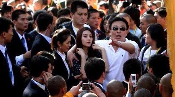 明星是否大牌,要看保镖阵势,王健林跟王思聪可谓是两个极端