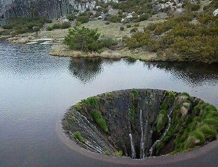 """葡萄牙一湖面惊现神秘""""地球破洞"""" - 周公乐 - xinhua8848 的博客"""