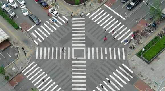 横穿马路不违法 北京首个全向十字路口亮相