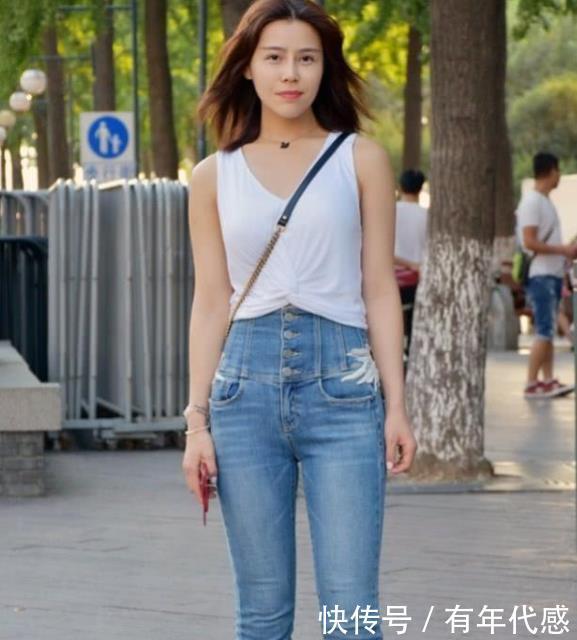 美女身穿一件白色背心配牛仔裤,时尚清新靓丽气质