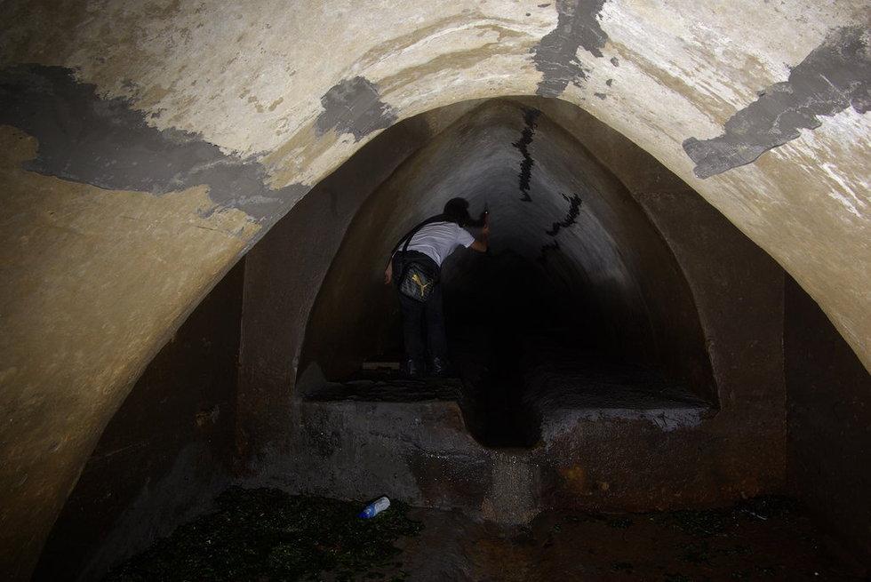 地下排水管道,修暗渠,雨水则由雨水专用收集管道汇入暗渠后流入青岛
