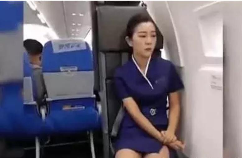 山东航空值机空姐太困了 , 不小心打了个哈欠 网