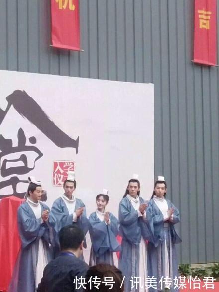 四同学美女鞠婧拍戏时踩高跷其实矮个女明的美女千年v同学图片