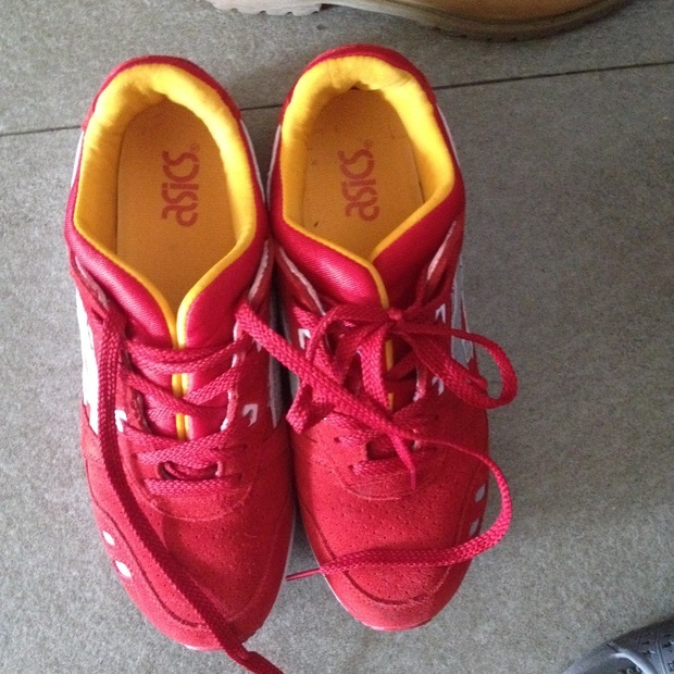 红色运动鞋可以搭配什么裤子
