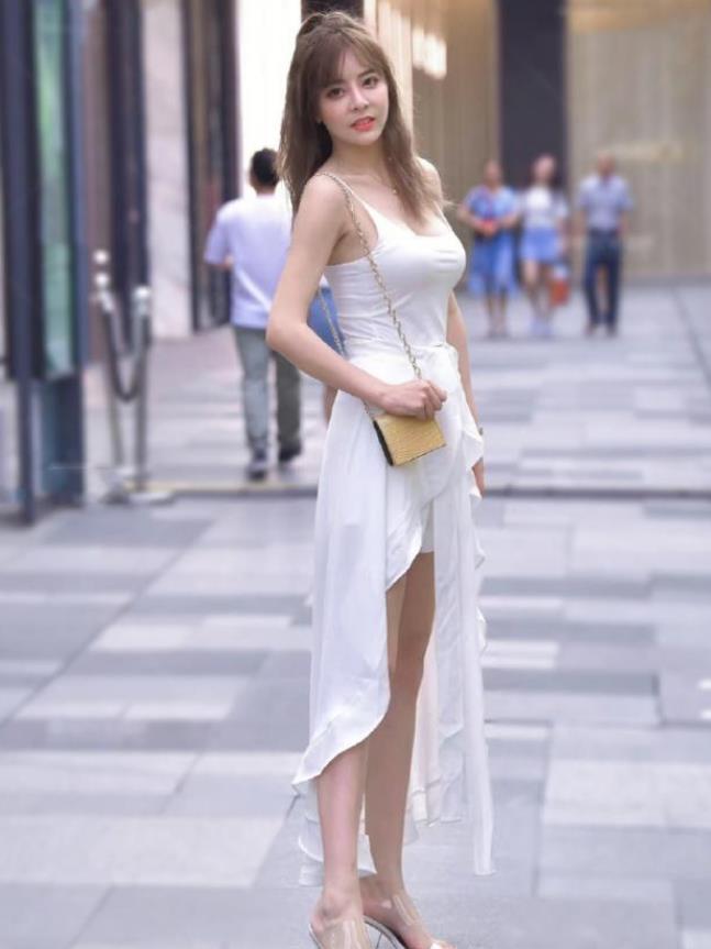 街拍:身材高挑的美女,一件深蓝色的连衣裙,时尚开心笑美女图片的图片