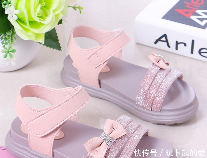 <b>舒适又漂亮的女童凉鞋,宝宝穿着舒适自在,才能玩的开心</b>
