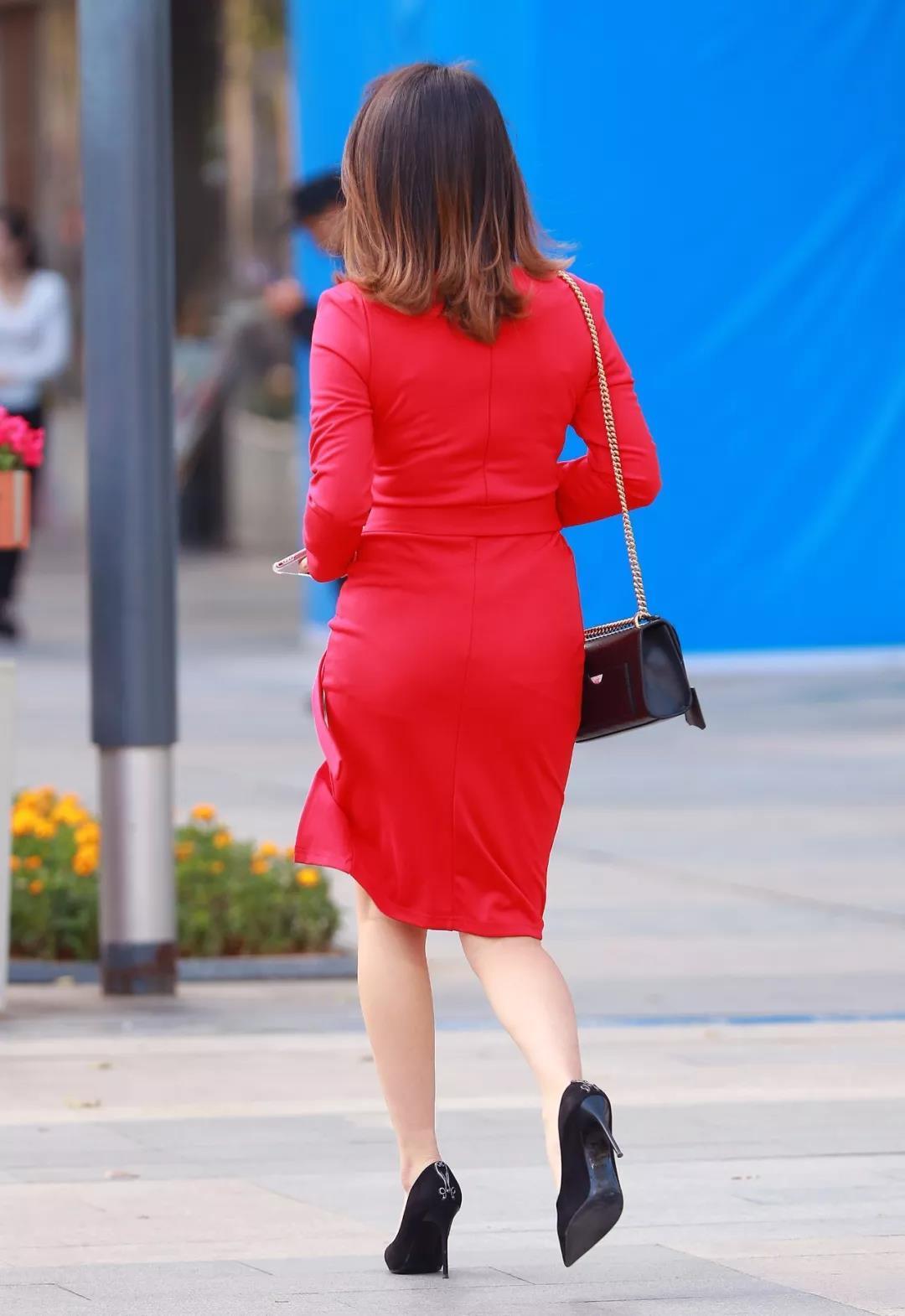 街拍路人,红色开衩连衣裙穿搭参考,让你减龄又