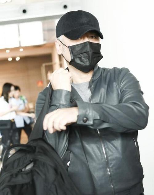 吴秀波一身黑低调现身机场,面露疲态身材却发福不少?