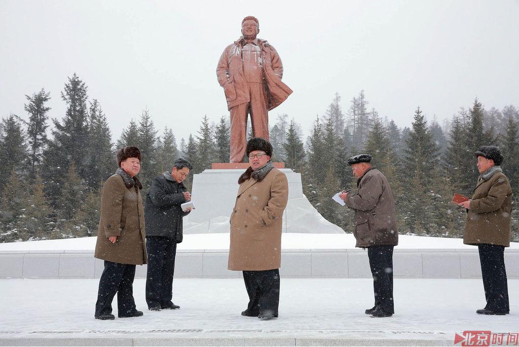 朝鲜小朋友穿短裙雪中簇拥金正恩痛哭 - 小花新新 -