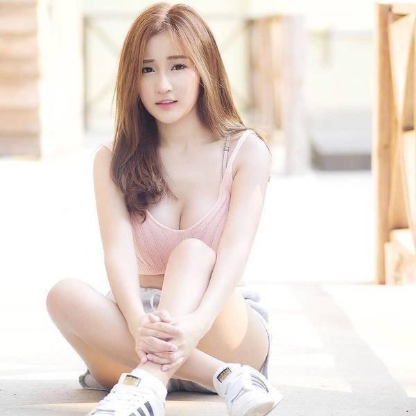 Thanyarat Charoenpornkittada,昵称Feary,有着日韩泰中四国血统,网友称赞她天生遗传了各国人种的优点:泰国女生纤细的骨骼,日本女生白皙的皮肤,韩国美眉俏丽的五官和中国人直爽的性格。