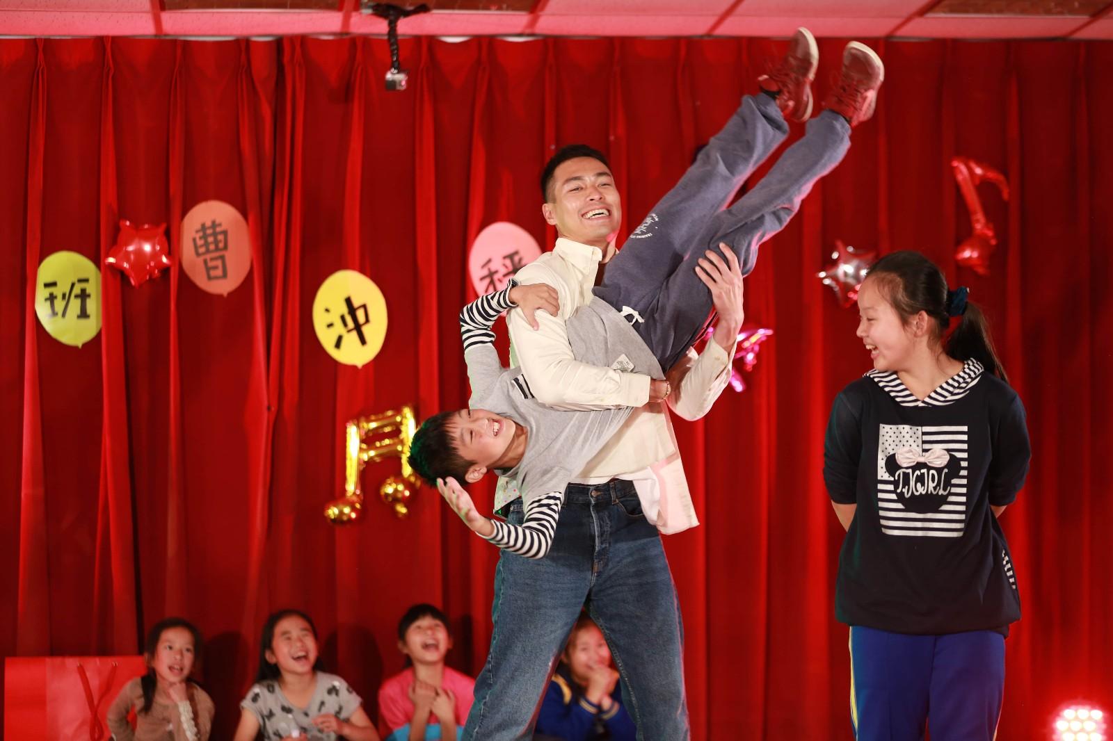 《同一堂课》王洛勇带学生扮演动物释放天性 杨佑宁扮