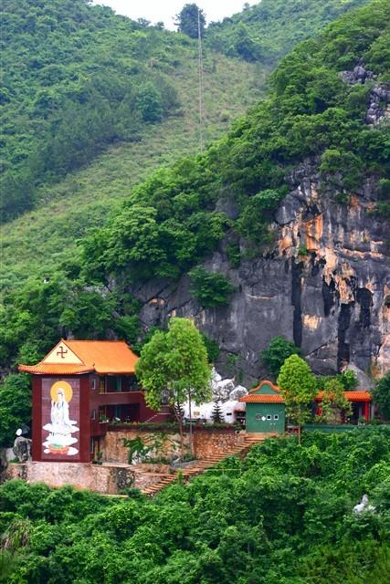 东华山风景区位于广东省翁源县城东郊 5公里,总面积6.5平方公里.