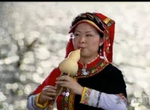 李贵中,著名葫芦丝表演艺术家,云南艺术学院副教授,中国管乐和少数民族管乐演奏家,中国音乐家协会会员,10多年来,一直被省电台,电视台以及云南音像出版社公司聘为特邀演奏员.