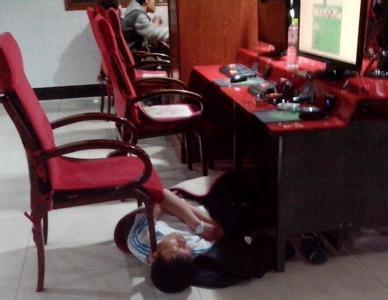 小学生网吧通宵睡姿图红遍网络:数千网友表示,勾起了年少回忆