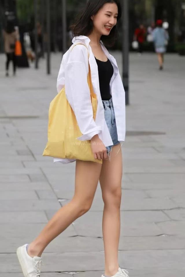 """路人街拍:白衣小姐姐的清纯时髦感,气质出众尽显活力,网友:""""港风""""穿搭"""