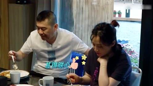 陈建斌尝到大S的手艺,边吃边点头,汪小菲笑的眼睛都迷成一条线了