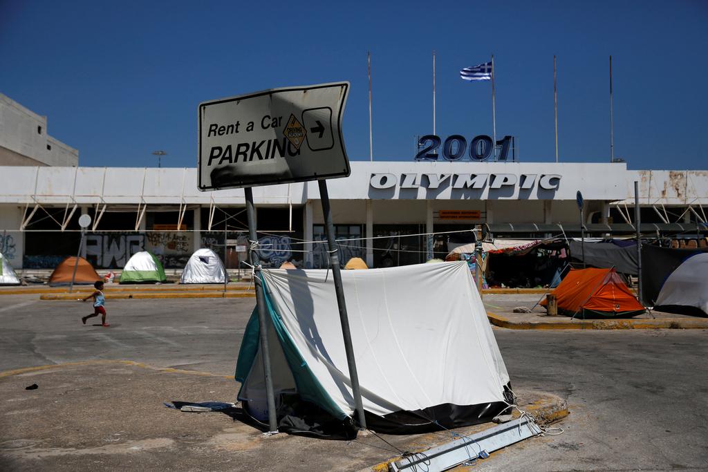 """希腊废弃机场成难民与流浪汉""""帐篷之家"""""""