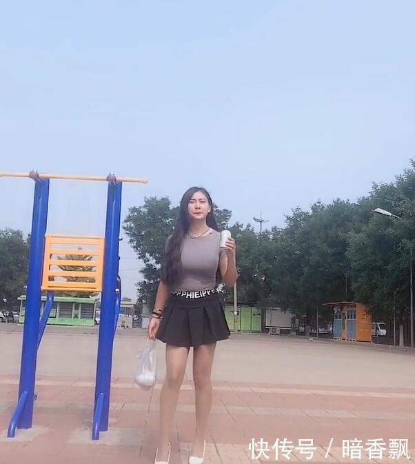 街拍美女,A字裙+高跟鞋的搭配,时尚美女夏天形象如清风扑面!