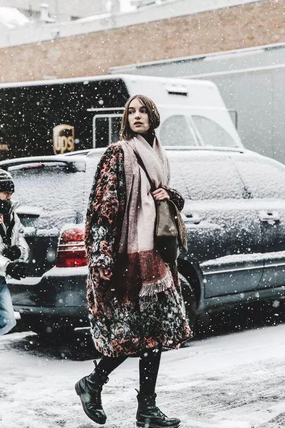 新年带你a女孩女孩走,酷大步的冬日马丁靴!生活照片美女清纯图片