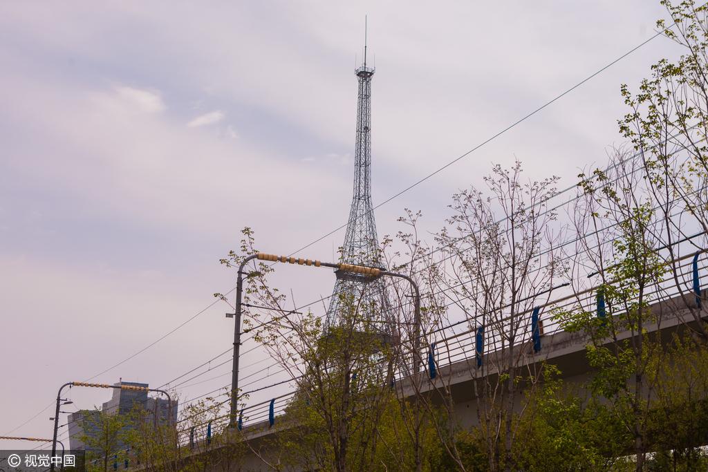 """长春现山寨""""埃菲尔铁塔"""" 市民戏称游巴黎"""