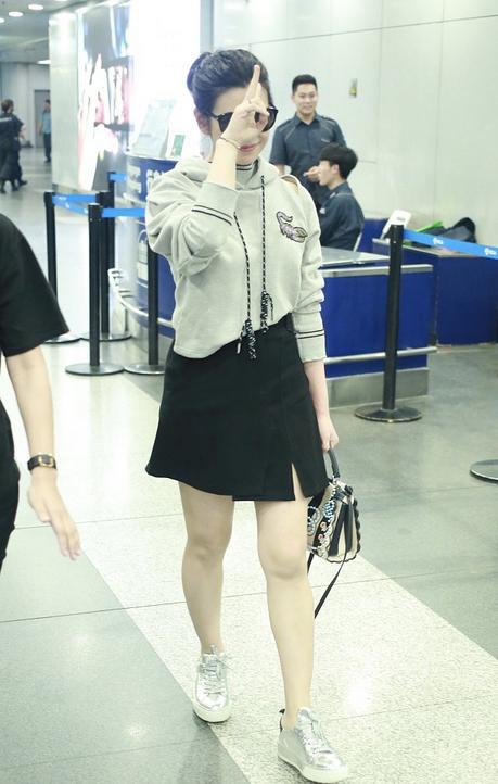 陈妍希短裙秀美腿 比V露笑不改可爱本色