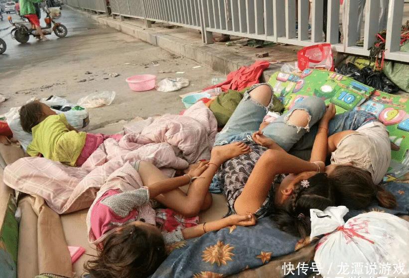 带着4个娃,大妈长期占道睡马路,她生了七八个