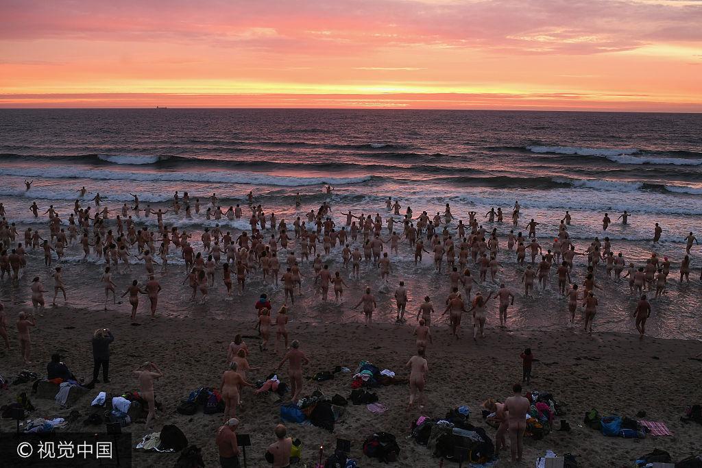 英国数百男女集体裸泳