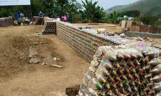 男子收集废塑料瓶造出超低价的四居室