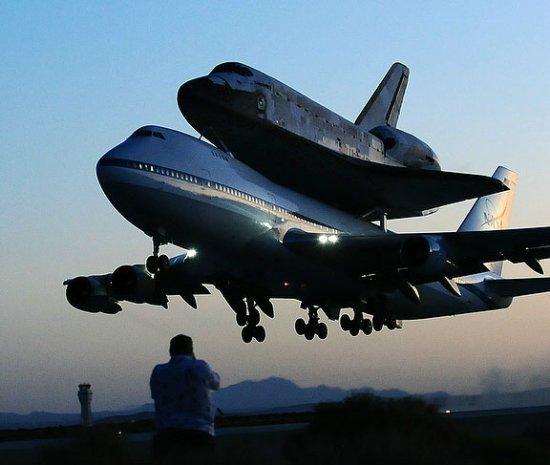 """""""发现""""号航天飞机降落在爱德华兹空军基地"""