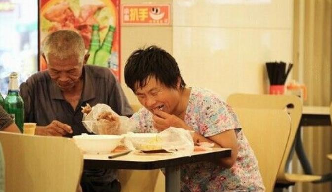 【转】【医药前沿】跟踪拍摄乞丐行骗全过程:吃好喝好收入高 -【医药前沿】的网易博客博客