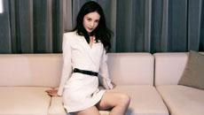 金晨穿白裙秀身材